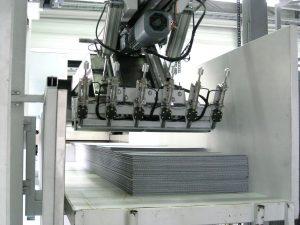 Die Greifersektion des Manipulators: Sechs pneumatisch betätigten Nadeln haken sich in die Platten ein, um sie vom Stapel weg zur Zerkleinerungsmühle zu ziehen.