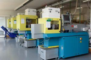 Der Kunststoffverarbeiter im Münsterland betreibt 28 Spritzgießmaschinen.  Im Zuge der konsequenten Erneuerung des Maschinenparks wird Greive zukünftig ausschließlich mit servomotorisch angetriebenen Spritzgießautomaten produzieren.