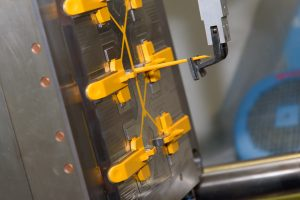 Automation: Komplexe Kunststoffkomponenten werden in Multikavitäten-Werkzeugen gefertigt. (Bildquelle: Greive)