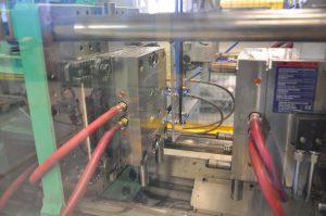 In dem 1+1-Serienwerkzeug mit Heißkanalsystem werden in beiden Kavitäten zwei je 0,45 Gramm schwere Ersatzbrillen mit unterschiedlicher Dioptrinstärke gespritzt. (Bildquelle: Kläger)