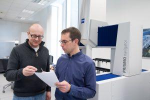 Frank Röder (r.), Ingenieur in der Konstruktionsabteilung bei Scholz, im Gespräch mit Thomas Schug aus der Qualitätssicherung, um Details zur Werkzeugkorrektur zu klären. (Bildquelle: Zeiss)