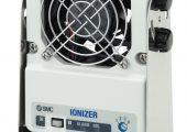 Der Ionisierer baut elektrostatische Aufladung auf Leiterplatten, Linsen, Teileförderern ab. (Bildquelle: SMC)
