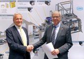 Norbert Scholz, Geschäftsführer bei Baumüller (links) und Willi Fenninger, Geschäftsführer und Inhaber von Lemo, besiegeln ihre Partnerschaft für die neue Folienbeutelmaschine. (Bildquelle: Baumüller)