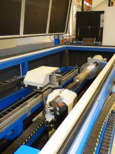 Strahlgerät mit Düse schallgeschützt in einer geschlossenen Anlage. (Bildquelle: Asco)