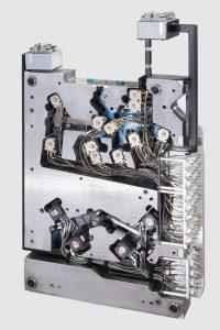 Funktionales Plug-´n-play-Heißkanalsystem von Synventive - fertig montiert, voll verkabelt und verschlaucht.