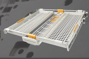Besteckschublade einer Geschirrspülmaschine mit einzeln verstellbaren Segmenten. Die Stahlstäbe (Bilder rechts) wurden in einem vollautomatisierten Prozess umspritzt (Dachumspritzung). (Bildquelle: alle Norbert Delle, Denos)