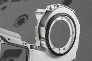 Bei diesem 2K-Lüfterbauteil für einen Wäschetrockner sorgen Anspritzpunkt-Bypässe dafür, dass die Weichkomponente gleichzeitig auf die Vor- und Rückseite der Hartkomponente gespritzt werden kann.
