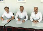 Die Geschäftsführer besiegeln die Übernahme: Rolf Sonderegger (r.), CEO von Kistler, und die bisherigen Besitzer von Vester Elektronik, Ulrich Renger (m.) und Thomas Vester. (Bildquelle: Kistler)