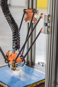 Wenn es um kleine Aufträge bis zu Losgröße 1 geht, sind additive Verfahren – im Bild ist ein FDM-Gerät zu sehen – eine kosteneffiziente Alternative zum Spritzguss oder zum mechanischen Drehen oder Fräsen von Bauteilen. (Bildquelle: Igus)
