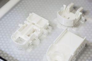 Hochgenau: Fertigung von Stereolithografie-Teilen aus dem Hochleistungs-Kunststoff (Bildquelle: 1zu1)