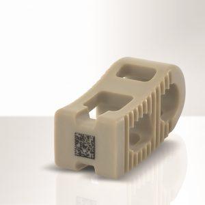 Wirbelsäulenimplantat aus PEEK mit lasermarkiertem UDI-Datamatrix-Code (Bildquelle: Foba)