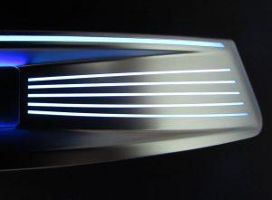 Konturfolgende durchleuchtbare Linien in verchromter Oberfläche (Bildquelle: BIA)