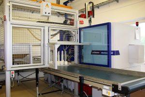 Vollelektrische Spritzgießmaschine mit Linearroboter und Förderband (Bildquelle: alle Wittmann Battenfeld)