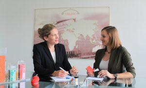Anja Floßbach (l.) und Anne-Kathrin Bartels: Treffen Sie die Experten für medizinische Kunststoffe auf der Fakuma. (Bildquelle: Velox)