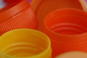 Gefärbte Kunststoffkappen (Bildquelle: Granula)