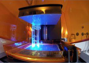 Für die Produktion des Strahlteilers, wurde ein Stereolithografie (SLA) 3D-Drucker mit maximaler vertikale Bauhöhe von 17,5 cm verwendet. Die Elektrodenstruktur wurde in klarem Kunstharz gedruckt und danach mit Nickel beschichtet.