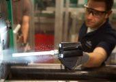 Die Trockeneisreinigung hat sich inzwischen in vielen Bereichen der Kunststoffverarbeitung etabliert. Im Verpackungsbereich beispielsweise verkürzte ein Unternehmen die erforderliche Zeit für die Reinigung von Spritzgießwerkzeugen für PET-Vorfomlinge mit 72 Kavitäten von rund drei Stunden auf weniger als 45 Minuten. (Bildquelle: Cold Jet)