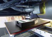 Arburgs Freeformer kann durch seinen beheizten Bauraum auch den Hochtemperatur-Kunststoff PEI verarbeiten. (Bildquelle: Arburg)
