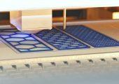 Gedruckte PLA-Strukturen auf Faltschachtelkarton. (Bildquelle: alle PTS, SKZ)