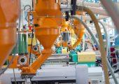Um das Verarbeitungsmaterials einzufärben, setzt der Kunststoffverarbeiter auf die Direkteinfärbgeräte. (Bild: AFK)