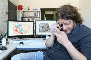 Andreas Osterwalder prüft den 3D-gedruckten Strahlteiler. Im Hintergrund die CAD-Konstruktion einer Elektrodenstruktur für die Molekülsteuerung. (Bildquelle: alle www.formlabs.com)