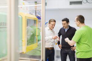 Wolfgang Spiegel, 1zu1 Prototypen (links), und Daniel Quidiello, Weidmann Medical Technology (Mitte), begutachten die produzierten Spritzgussteile.