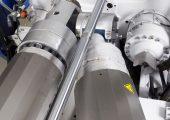 Die Anordnung der Spritzaggregate ist entscheidend unter anderen für die Flächenproduktivität und die Maschinen-Zugänglichkeit im MK-Spritzguss. Das Bild zeigt eine Y-Stellung. (Bildquelle: Wittmann Battenfeld)