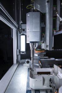 Mithilfe der frei programmierbaren X/Y-Achsen kann die Ultraschallschweißeinheit 50 und mehr Einbettpositionen – auch für unterschiedliche Buchsen und in verschiedenen Höhen – anfahren. (Bildquelle: Weber Ultrasonics)