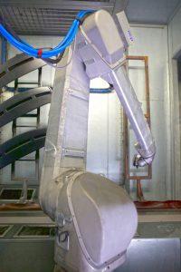 Das kundenspezifisch angepasste Schneestrahreinigungs-System ist mit einem Standard-Lackierroboter mit drei Düsenarrays ausgestattet. Die Roboteranlage ist in einer Zelle, ähnlich einer Lackierkabine, platziert und in die Lackierlinie integriert.