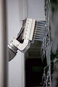 Prozessparameter, wie etwa Anzahl der strahlenden Düsen, Volumenströme für Druckluft und Kohlendioxid, Strahlzeit, Strahlwinkel sowie Bewegungsabläufe, werden genau angepasst.