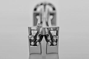 Der Wissenschaftler bewertet die Oberfläche des 3D-gedruckten und galvanisierten Strahlteilers als genauso gut oder besser als diejenige traditionell gefertigter und polierter Geräte.