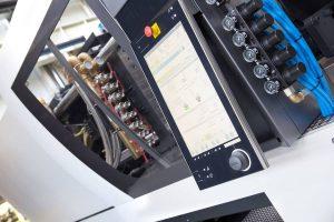 In die CC300 Steuerung der Spritzgießmaschine integrierte Assistenzsysteme aus dem inject 4.0 Programm von ENGEL sorgen dafür, dass Prozessschwankungen ausgeglichen werden, noch bevor Ausschuss entsteht. (Bildquelle: Engel)
