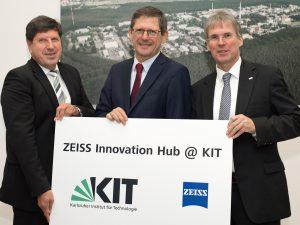 Zeiss errichtet Innovationshub am Karlsruher Institut für Technologie (KIT) (v.l.): Prof. Dr. Thomas Hirth, Vizepräsident des KIT; Prof. Dr. Michael Kaschke, Vorstandsvorsitzender von Carl Zeiss; und Prof. Dr. Holger Hanselka, Präsident des KIT. (Bildquelle: Zeiss)