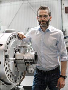 Robert Obermayr, Leiter der neuen Business Unit Powerfil, neben dem Laserfilter in der Montagehalle.  Bildquelle: Erema