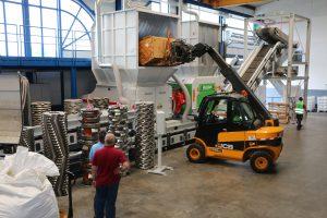 Im Technologiezentrum von Vecoplan wird das Material aufbereitet. Dazu kommt ein Einwellenzerkleinerer zum Einsatz.
