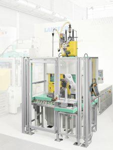 Drehtischmaschine mit 6-Achs-Roboter (Bildquelle: Arburg)