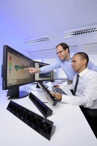 Im SCP-Technikum: Mit Hilfe von Simulationstools helfen Experten vondes Chemiekonzerns, Composite-Bauteile konstruktiv richtig auszulegen und den Herstellungsprozess zu optimieren. (Bildquelle: Lanxess)