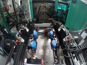 Die Verschlusskappen (blau) müssen noch im warmen Zustand geschlossen werden, damit sie später Flaschen aller Art dicht verschließen. (Bildquelle: alle Gimatec)