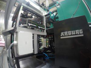 Die Druckluftanbindung erfolgt über eine Ventilinsel, die über die Spritzgießmaschine gesteuert wird.