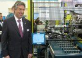 Alfred Schiffer, geschäftsführender Gesellschafter von Boy, präsentiert den vom Unternehmen selbst entwickelten Linearroboter in Aktion. (Bildquelle: Redaktion Plastverarbeiter, Ralf Mayer)