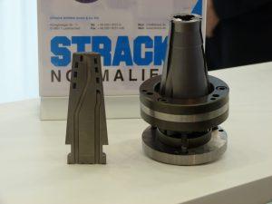 Der 3D-gedruckte Einfallskern wurde von Strack Norma hergestellt. Der spiralförmige Kühlkanal sorgt für bessere Kühlleistungen. (Bildquelle: alle Redaktion Plastverarbeiter, Ralf Mayer)