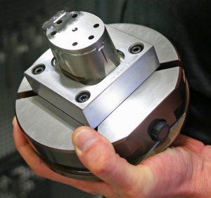 Zur Bearbeitung auf der Röders-Fräsmaschine auf einer Palette aufgespannter Stahleinsatz (Foto: Klaus Vollrath)