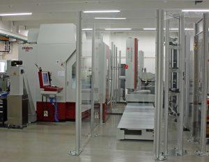 Die automatisierte Fertigungszelle besteht derzeit aus zwei Fräsmaschinen mit Handling, zwei Karussellmagazinen für Werkstücke und Werkzeuge sowie einer Zeiss-Koordinatenmessmaschine (Bildquelle: Klaus Vollrath)