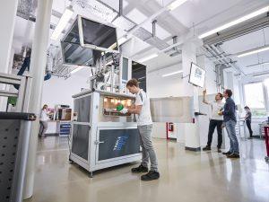 Das vom SKZ selbstgebauten FDM-Gerät ist mit allen Schikanen ausgestattet: So lassen sich der Bauraum und die Druckplatte auf 220 °C aufheizen. Außerdem lässt sich der Druckkopf auch während eines laufenden Auftrags wechseln. Zu guter Letzt ist auch eine Materialtrocknung integriert. (Bildquelle: SKZ)