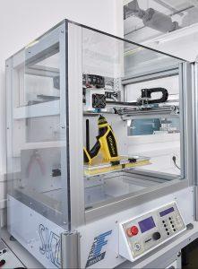 Der Maschinenpark an Geräten für die additive Fertigung wuchs am SKZ, Würzburg, zwar schnell, keines davon blieb aber im Originalzustand. Auch ein selbstgebauter FDM-Drucker steht in der Produktionshalle. (Bildquelle: SKZ)