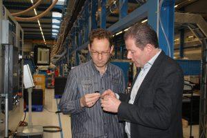 Projektleiter Christoph Schröder von Procoplast und Günther-Berater Hans van Dinteren von der Firma Bäcker begutachten die Qualität von Oberfläche und Anspritzpunkt.