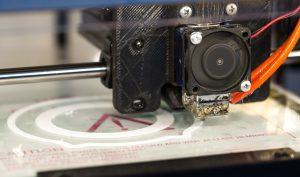 Bei Hans Geiger Spritzgießtechnik wurde der 3D-Druck für den Prototypenbau getestet: Durch den Einsatz von Kunstharz und das Entfallen von aufwendigem Fräsen und Härten erhält man erste Prototypen binnen sechs Stunden statt nach mehreren Tagen – eine Zeitersparnis von bis zu 90 Prozent. (Bildquelle: Ippicture/pixabay.com)