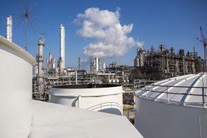 Das Segment Chemicals hat das BASF-Ergebnis sehr positiv beeinflußt. Hier der Steamcracker in Port Arthur, Texas, wandelt Rohöl und Rohbenzin in chemische Bausteine für Hersteller und Industriegüter. (Bildquelle: BASF)