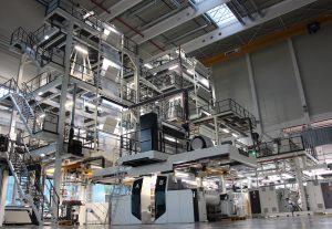 2013 wurde in der neuen Produktionshalle eine 9-Schicht-Blasfolien-Coextrusionsanlage mit 31 Förderabscheidern in Betrieb genommen. 2016 kam eine weitere 3-Schicht-Blasfolien-Coextrusionsanlage hinzu. (Bildquelle: EK-Pack Folien).