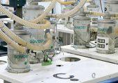 Die Plattformen mit den Saugfördergeräten sind ein wichtiger Bestandteil der Zentralvakuumförderanlage. (Bildquelle: Protec Polymer Processing)